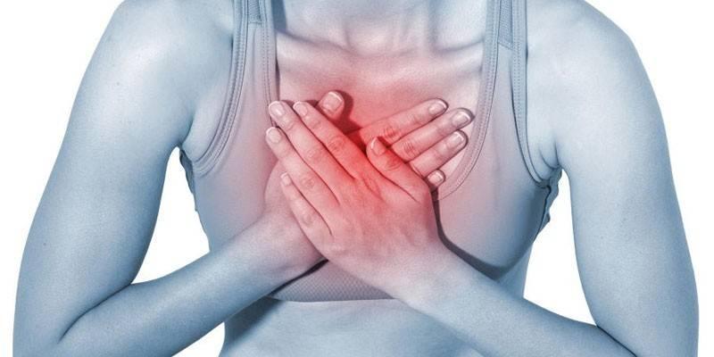 Печіння в грудях посередині - причини виникнення у чоловіків і жінок, супутні прояви