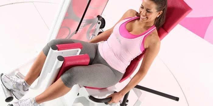 Зведення ніг у тренажері - які м'язи працюють і техніка виконання вправи
