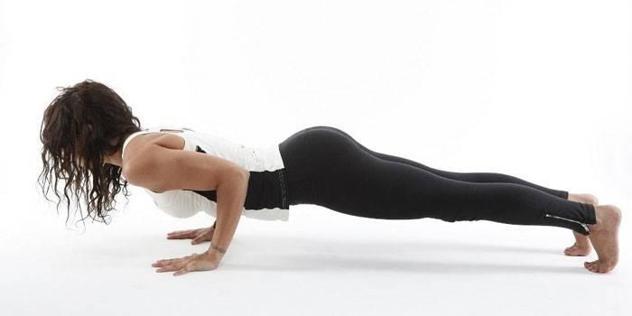 Віджимання для дівчат - як швидко навчитися з нуля, користь для м'язів грудей і рук
