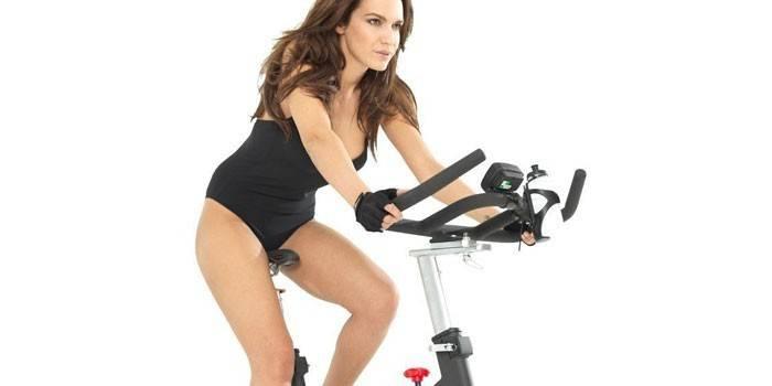Користь велотренажера для схуднення для жінок і чоловіків