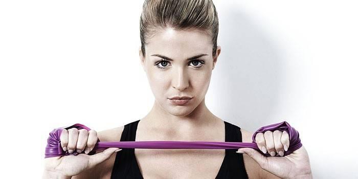 Вправи з гумовою стрічкою - комплекс тренувань з пілатесу для жінок і чоловіків для схуднення