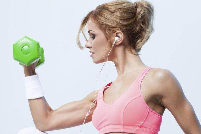 Як позбутися від в'ялої шкіри рук в 3 кроки жінці