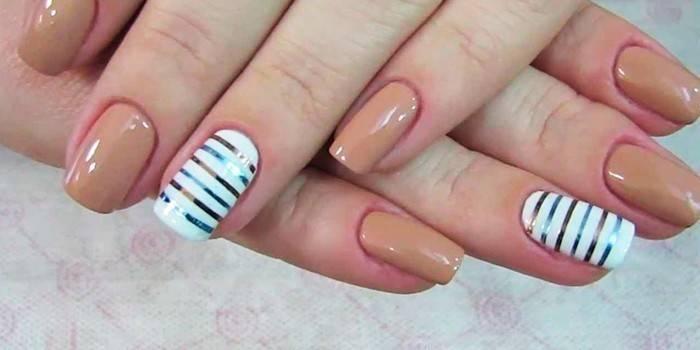 Манікюр з смужками - огляд стильних малюнків на нігтях і як використовувати наклейки, скотч або намалювати