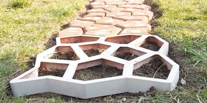 Форма для садової доріжки з магазину і своїми руками