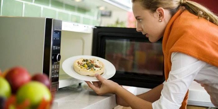 Посуд для мікрохвильовки - яку не можна ставити в піч, правила застосування для приготування і розігрівання їжі