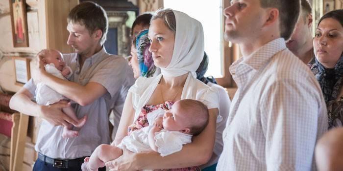 Що повинна робити хрещена мама на хрещенні і які молитви знати, що дарувати хлопчикові і дівчинці