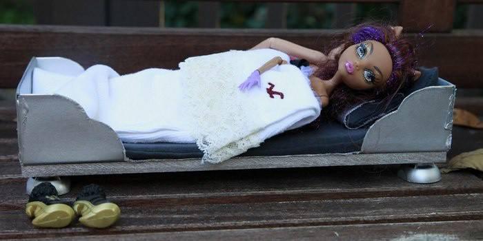 Як зробити ліжко для ляльок: лялькова меблі своїми руками, фото і відео