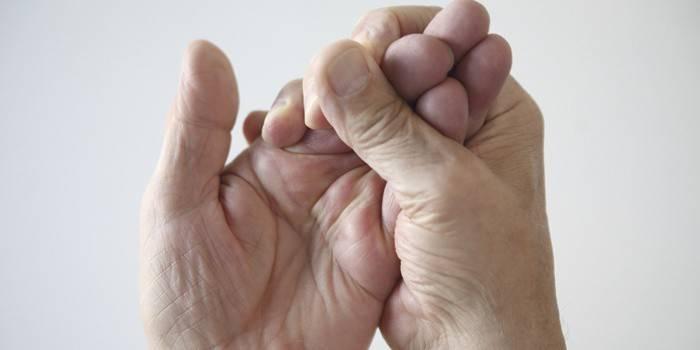 Чому німіють руки, в чому причина постійного відчуття поколювання в пальцях долоні