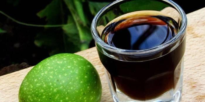 Настоянка на волоських горіхах: лікувальні властивості і приготування