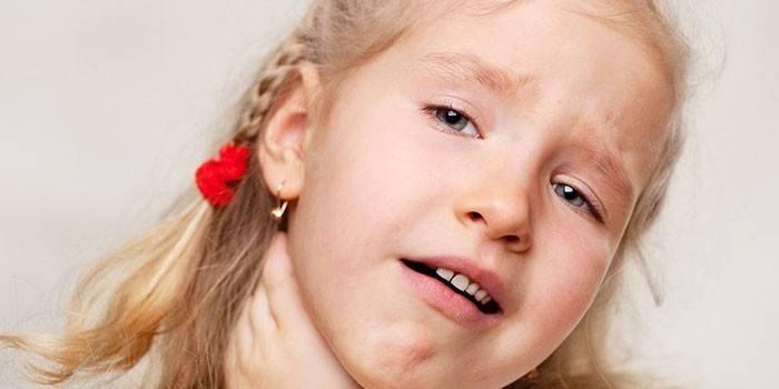 Червоне горло і температура у дитини: причини і лікування