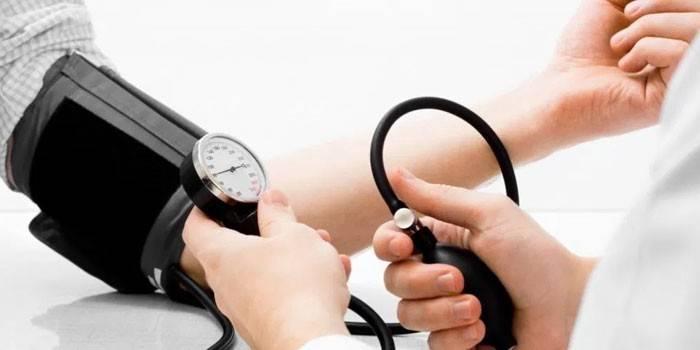 Тиск 100 на 80 - лікувальна терапія препаратами і народними засобами в домашніх умовах