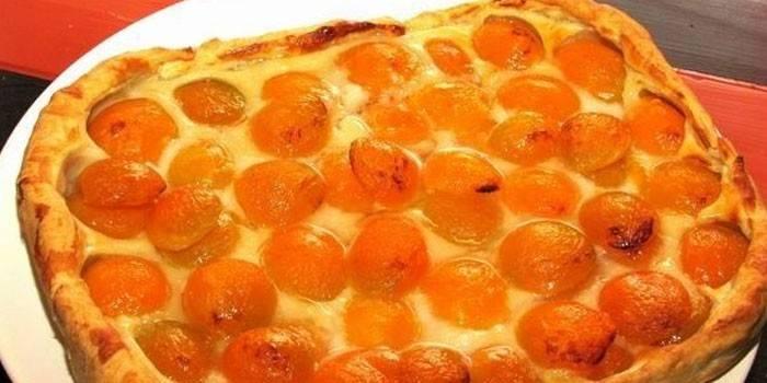 Пиріг з абрикосами з листкового тіста в домашніх умовах з мигдалем