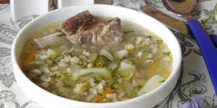 Розсольник з перловкою і огірками: як приготувати суп