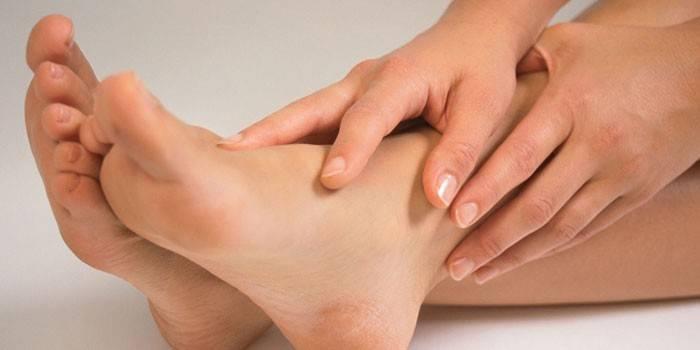Пітніють ноги - причини у дитини або дорослого і лікування в домашніх умовах