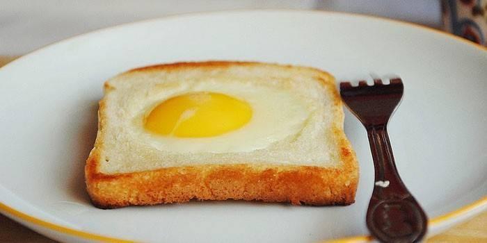 Яєчня в хлібі на сковороді - як готувати з ковбасою, сиром або грибами