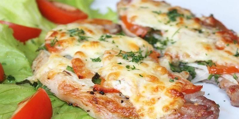 Відбивні в духовці з помідорами і сиром: як приготувати м'ясо