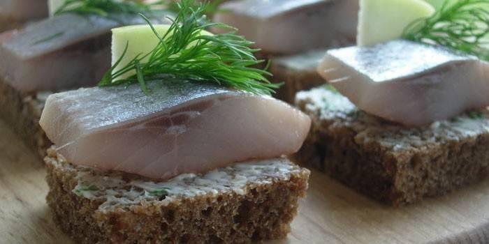 Бутерброди з оселедця: як приготувати смачну закуску, фото і відео