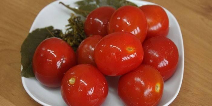 Солоні помідори на зиму в банках - швидкі і смачні рецепти засолювання зелених і червоних томатів з фото