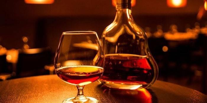 Що таке арманьяк, чим відрізняється від коньяку і як правильно його пити