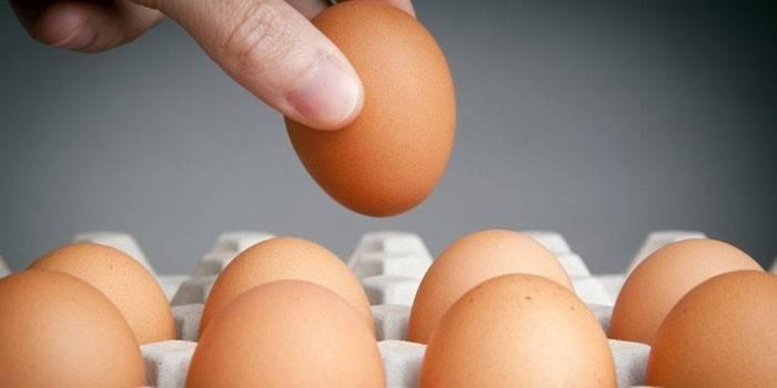 Як перевірити яйця на свіжість при візуальному огляді, по запаху або овоскопом