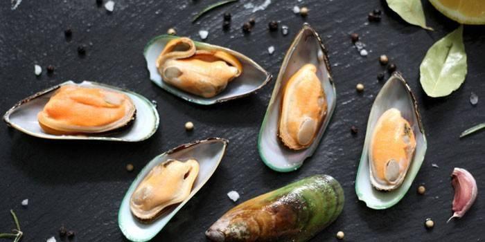 Як є мідії правильно в ресторані і з чим поєднувати з напоїв або закусок