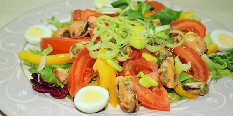 Салат з маринованими мідіями - як готувати з помідорами, яйцем і рисом