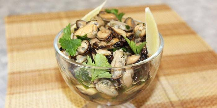 Салат з мідій - популярні рецепти приготування в домашніх умовах з фото покроково