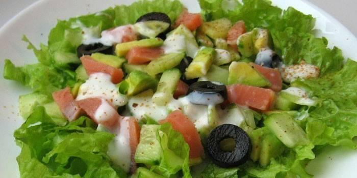 Салат з червоною рибою: покрокове приготування з фото