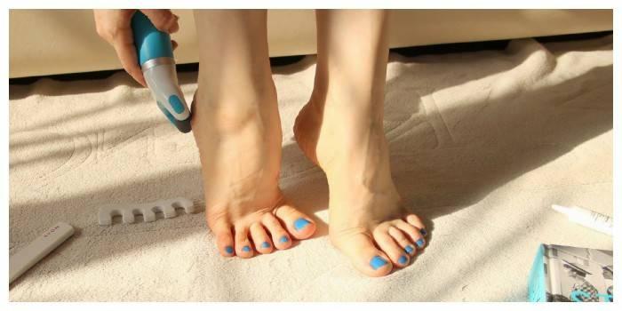 Пилка для п'ят - чим почистити огрубілу шкіру стопи, професійний інструмент для відлущування в домашніх умовах