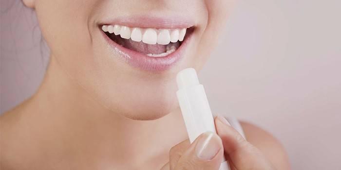 Гігієнічна помада для губ: яку краще купити і як зробити вдома