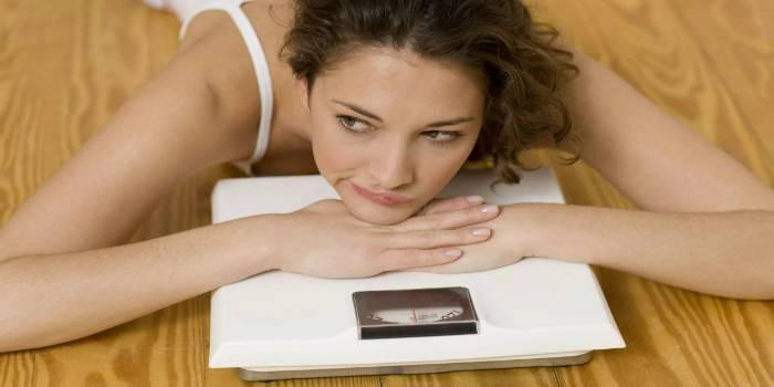 Чому під час місячних збільшується вага - на скільки можна поправитися перед циклом, потрібна дієта