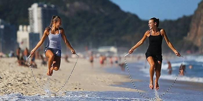 Стрибки для схуднення на скакалці, батуті і на місці: кращі вправи